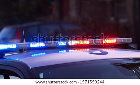 A modern low profile, overhead police light bar flashing.  Foto stock ©