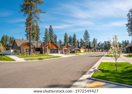 A neighborhood of new homes in a suburban community in the rural town of Coeur d'Alene, Idaho, USA. Photo stock ©