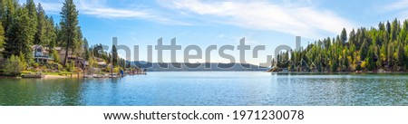 A panoramic view of Lake Coeur d'Alene, Idaho, USA with waterfront homes, docks and marina at Rockford Bay. Photo stock ©