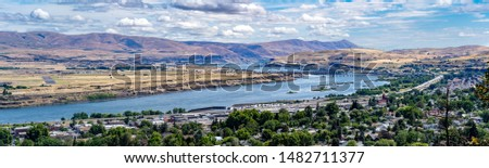 A panoramic view of the Columbia River, the city of the Dalles, and The Dalles Dam, Oregon Photo stock ©