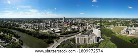 A panoramic view of the the skyline of downtown Fort Wayne, Indiana, as seen from the air. Looking west across the skyline and the confluence of the St. Joseph, St. Marys and Maumee Rivers. Zdjęcia stock ©