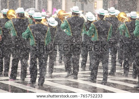 A part of the big st. patricksd day parade in new york by strong snow.