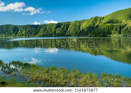 A peaceful and scenic view of Lagoa das Furnas (Furnas Lake) that fills a crater located in Furnas, São Miguel Island, Azores, Portugal. Stock foto ©