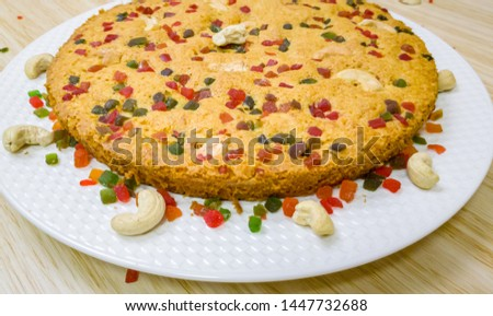 A perfectly baked carrot cake garnished with cashew and tutti frutti. Foto d'archivio ©