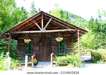 a picture of a log cabin in the woods