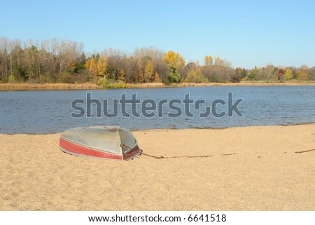 A picture of a sandy beach in autumn