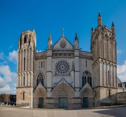 A picture of the front facade of Saint Peter Cathedral (Poitiers).