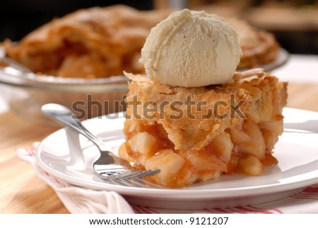 A piece of freshly made deep dish apple pie with a flaky crust and vanilla ice cream Imagine de stoc ©