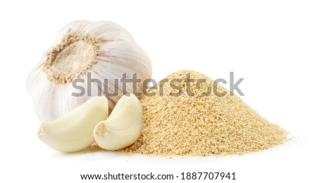 A pile of ground garlic and a head of garlic with cloves on a white background. Isolated Foto stock ©