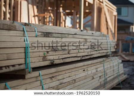 A pile of lumber at a new home construction site. Foto stock ©