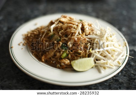A plate of chicken pad thai.