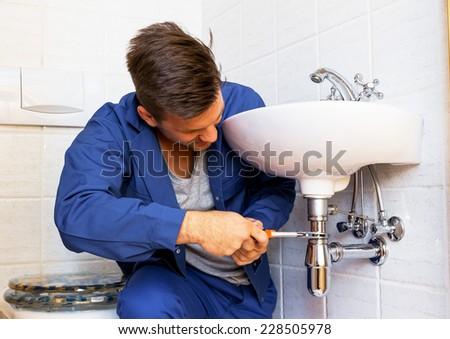 a plumber (insatallateur) at work