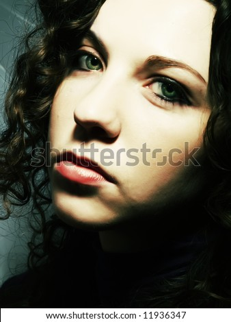A portrait about a pretty lady with white skin, long brown wavy hair, green eyes and whose look is catching
