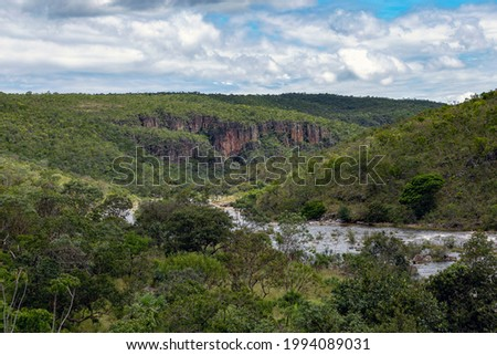 A river crossing a forest in the Brazilian savannah. Midwest of Brazil. Rock formations. Nature. Cerrado. Foto stock ©