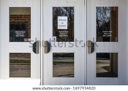 A 'school closed' notice at the entrance of a public school in Michigan. The State closed all schools in an effort to thwart the spread of the novel coronavirus. Foto stock ©
