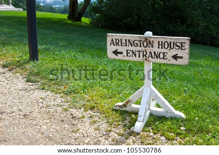 A sign points to the entrance of the Lee Family Mansion in Arlington National Cemetery.