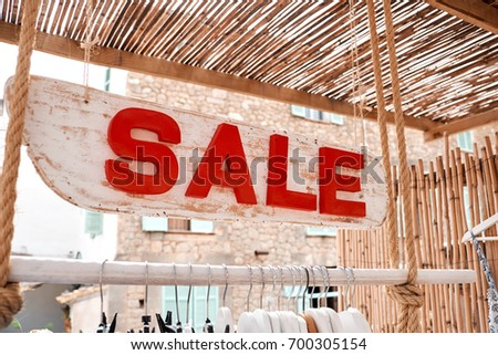 A sign with the inscription of a close-up sale. #700305154