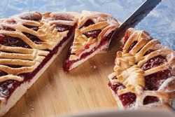 A simple raspberry pie made from yeast dough that is kneaded and easily rolled out, and in the finished baking it turns out tender and soft. Raspberry pie with a lattice crust is a classic dessert.