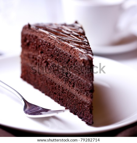 A slice of delicious chocolate cake. Piece of Cake on a Plate. Sweet food. Sweet dessert. Close up.   Foto stock ©