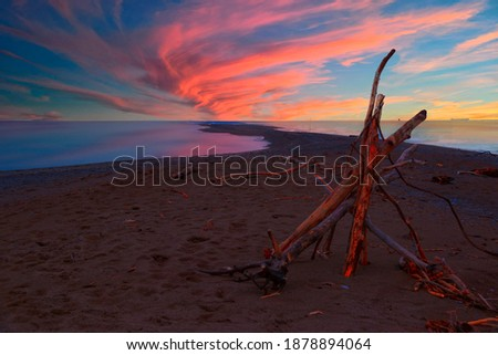 A small structure made of branches and twigs sits on a narrow beach at Point Pelee National Park in Ontario, looking towards the southernmost point in mainland Canada during a beautiful sunset.. Foto stock ©