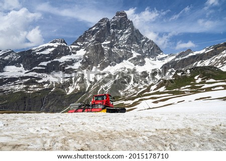 A snowcat under the Matterhon (Cervino) at Plan Maison in Cervino ski area during summer season, Breuil-Cervinia, Aosta Valley, Italy Photo stock ©