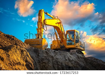 A stopping yellow excavator at an incredibly beautiful sunset Foto stock ©