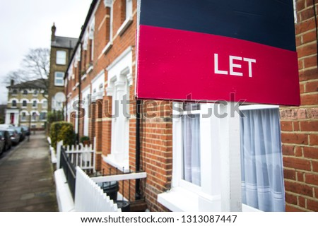 A street of red brick houses with 'Let' sign Stock fotó ©