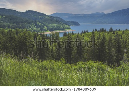 A stunning sunrise view over the Riffe lake under a cloudy sky in spring Stock foto ©