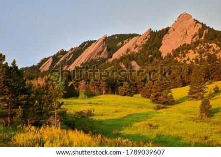 A sunrise photo of the Flatirons at Chautauqua Park in Boulder, Colorado ストックフォト ©