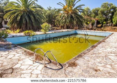 A swimming pool in an abandoned Greek hotel complex has turned Green with algae having been abandoned.