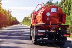 A tank car on the road. Transportation of flammable goods, gasoline, oil on a public road. Translation: flammable