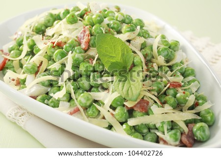 A tasty salad with peas, bacon, cheese, onion, mayonnaise, mint and cayenne, this is a speciality of Texas!