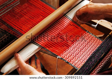 A traditional hand-weaving loom being used to make cloth  Foto d'archivio ©