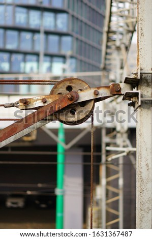 A vertical closeup shot of the mechanism with a rope used for hanging clothes outside
