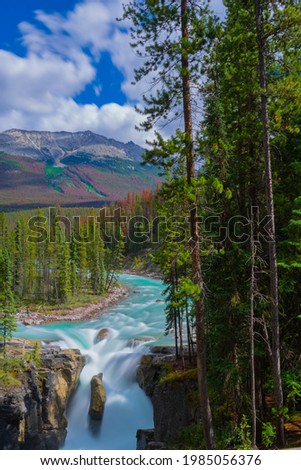 A vertical shot of Sunwapta Falls with long exposure in Jasper, Canad Foto stock ©