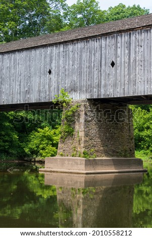 A vertical shot of the Schofield Ford Covered Bridge in Tyler State Park, Pennsylvania on a sunny day Stockfoto ©