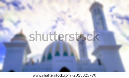a very beautiful blur photo of a mosque building with a cloudy blue sky, this photo was taken in the city of banda aceh Foto stock ©