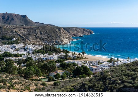 A view of the idyllic whitewashed fishing village of Agua Amarga on the coast of Andalusia Foto stock ©