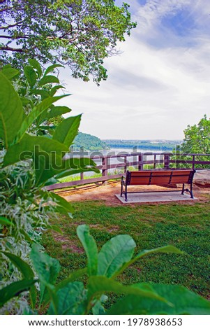 A view of the Susquehanna River from behind the park bench at the Breezy View Overlook Area of Chiques Park. Foto stock ©