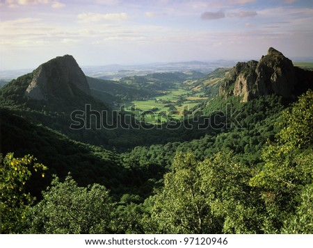 a view over the vallee du falgoux in the parc naturel regional des volcans d'auvergne in the french massif central, cantal, auvergne, france, europe - Photo stock ©