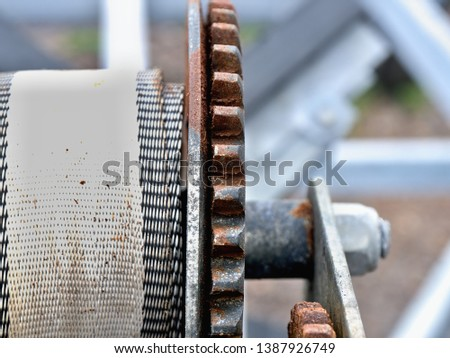a webbing transportuer, a working tool as an aid to the sailboat harbor. A large, thinner gear with a Scheinbe in front of it and next to it a roll with wide webbing in close-up Zdjęcia stock ©