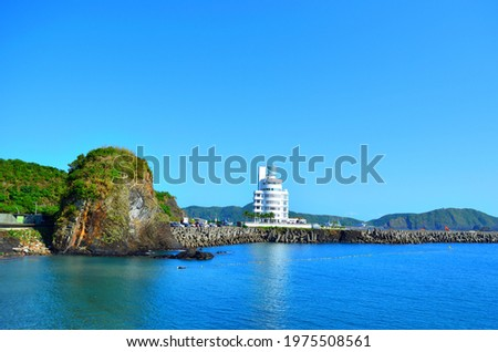 A white and elegant tower situated on a beautiful celeste beach Foto d'archivio ©