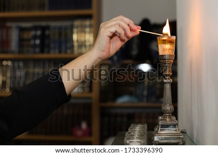 A woman lights candles for shabbat Foto stock ©