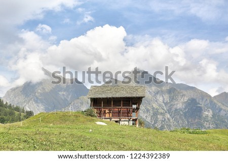 A wooden lodge in the Walser town of Dorf, among high mountains, pine forests and pastures, in summer, in Val d'Otro valley, Alps mountains, Italy Foto stock ©
