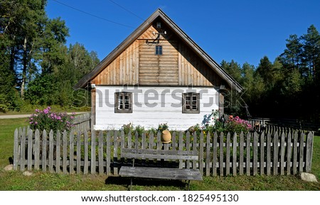 a wooden Podlasie house and a granary from the turn of the 19th and 20th centuries, currently located in Jurowce in Podlasie, Poland Zdjęcia stock ©