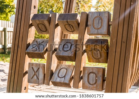 A wooden tic tac toe game for children in a playground.  Foto stock ©