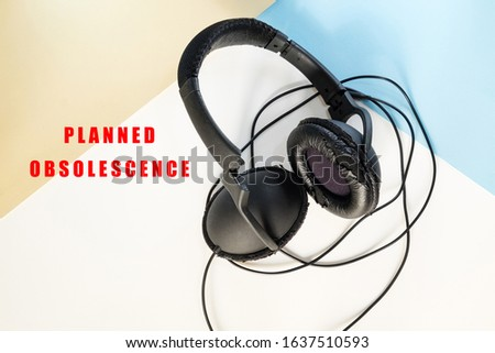 """A worn-out and broken headset after a short time without intensive use is the perfect example of """"Planned Obsolescence""""."""