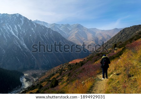A Young woman hiking in Ala Archa  National Park, Kirgyzstan. Foto stock ©
