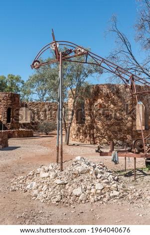 Abandoned mining equipment at Amigo's Castle in Lightning Ridge, New South Wales, Australia Foto stock ©