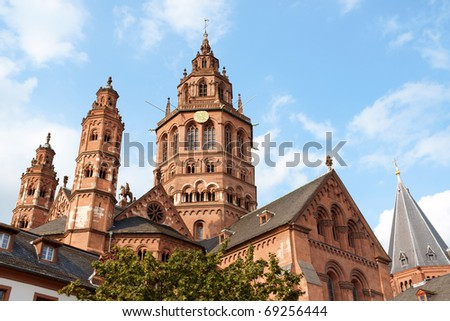 Above the roofs of the houses in the old town of Mainz rises the six towers of St. Martin's Cathedral (Mainzer Dom) that represents the highest point of Romanesque cathedral architecture in Germany.